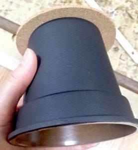 黒く塗装した100均プランター