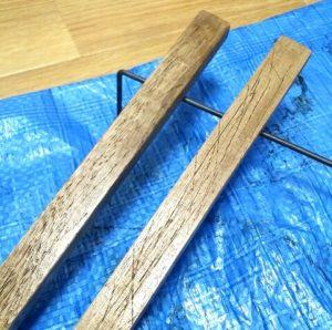 傷を付けて塗装した木材