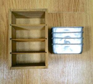 セリアの仕切り付き木箱とアルミトレー