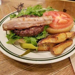ケージーシーフォレストブリッジのグリルハンバーガー