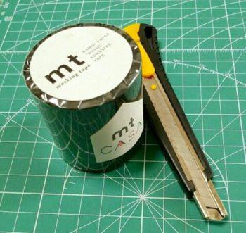 黒のマスキングテープとカッター