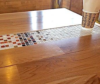 猿とモルターレのタイルが貼られたテーブル