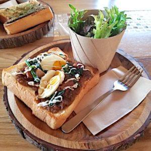 岸和田のカフェ「猿とモルターレ」の豚の角煮カレートースト