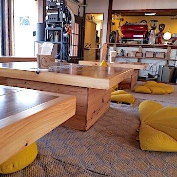 岸和田のカフェ猿とモルターレの店内