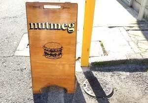 ハンバーガーショップ「ナツメグ」の看板