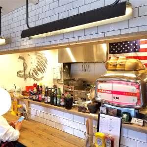 堺のハンバーガー屋ナツメグの店内