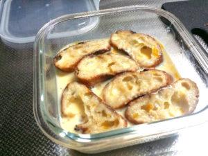 ニトスキで作るフレンチトーストを卵液に浸す