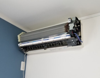 エアコン掃除でのエアコンの分解